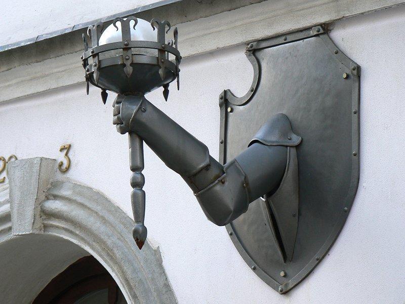 Allgegenwärtiger Ellbogen im Stadtbild